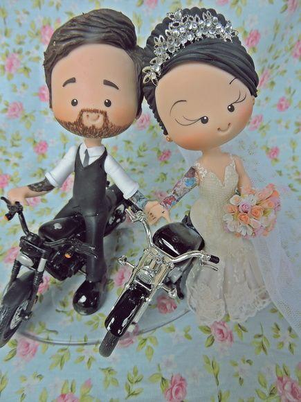 Topo de bolo de casamente em biscuit personalizado com noivos do clube de motociclistas. Noiva e noivo com tatuagens em suas motos.