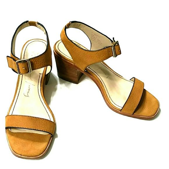 f76f285a745 Elizabeth and James Ryan Sandals Size 6 Great Block Heeled Lightly Textured  Leather Sandals! Slight Scuff Mark (seen in 3rd photo) Pre-owned
