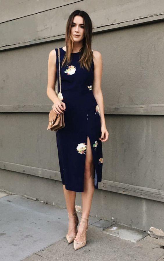 ae02e580a Scarpin: como aproveitar esse coringa em infinitos looks. Vestido azul  marinho com fenda lateral e estampa floral, scarpin nude lace up