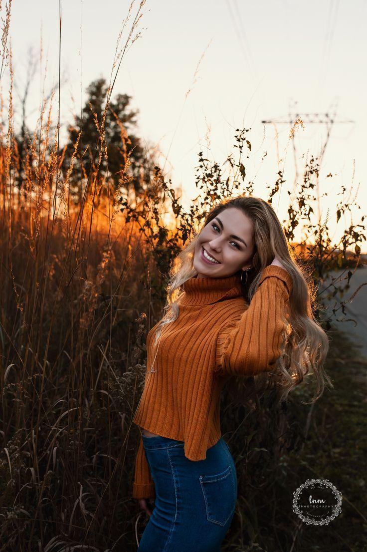 Una ragazza senior unica pone  candida  luce naturale  allaperto  seduta  braccio pone  movimento  immagini senior  fotografia senior liceo  sorridente  tramonto  ora dor...