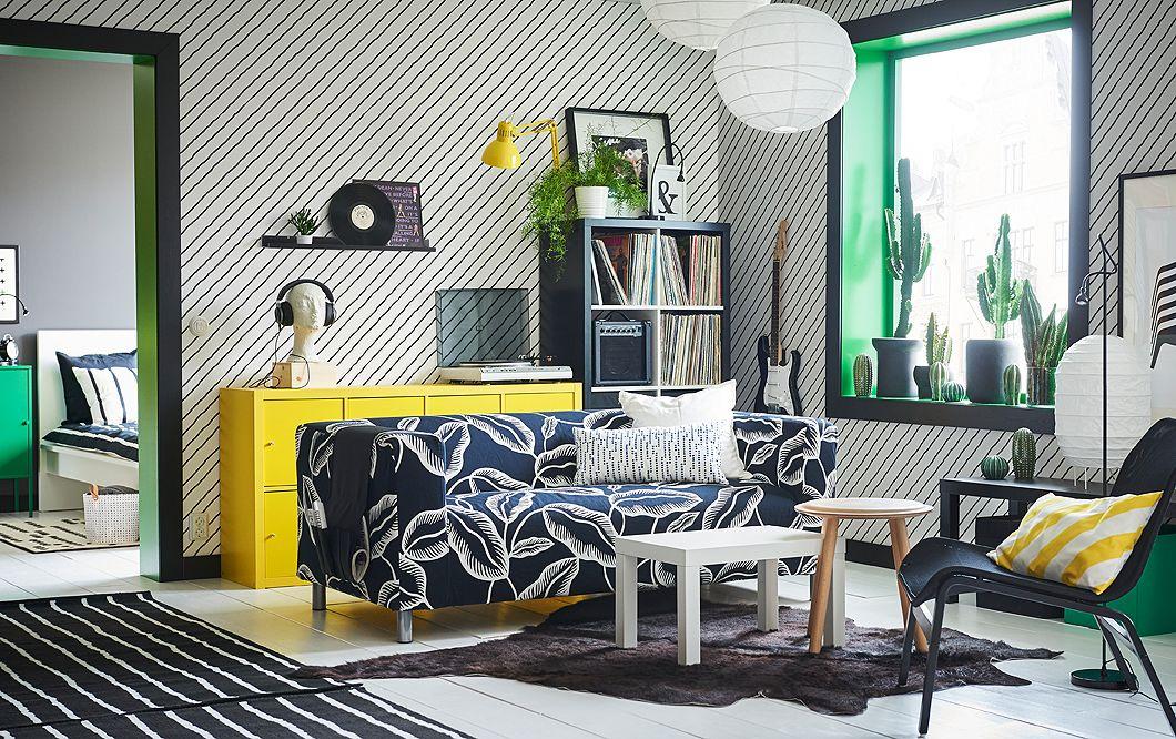 Ein Wohnzimmer mit diagonal gestreiften Wänden und KLIPPAN 2er-Sofa - wohnzimmer design schwarz