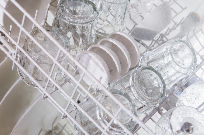Mit diesen Tricks glänzen milchige Gläser wieder Hilfe