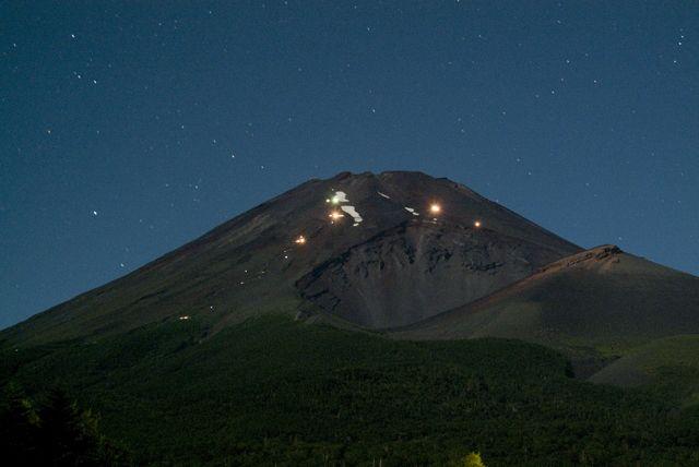 They climb night of the full moon, Mount Fuji