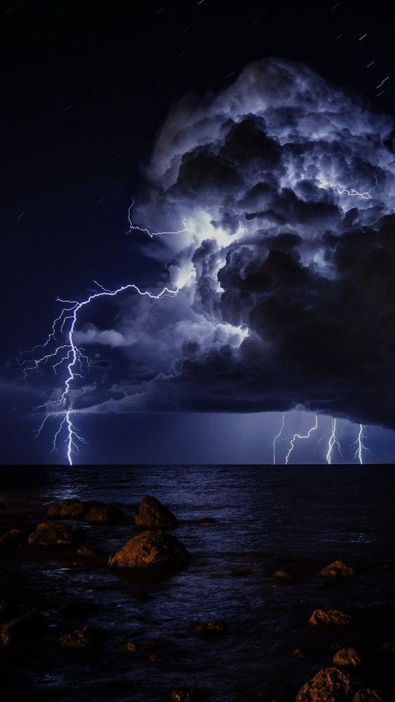 Pin By Kashew Crenshaw On Oboi Lightning Photography Storm Wallpaper Lightning Sky Iphone x wallpaper lightning