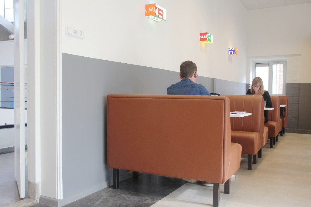 Personeelskamer christelijk gymnasium utrecht een personeelskamer met een inrichting - Inrichting van een lounge in lengte ...