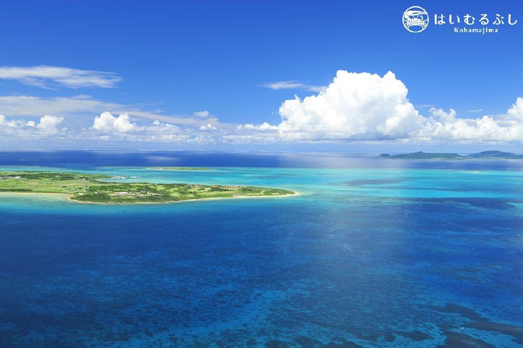 小浜島の空撮。 夏の晴れた日に石垣島からヘリコプターに乗って、小浜島の南側から撮影。 撮影者:北島清隆カメラマン