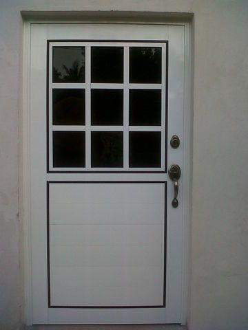 Puerta de aluminio en blanco cuadriculada con filtrasol for Puertas de aluminio blanco