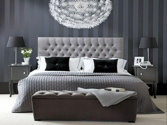 wohnideen schlafzimmer streifentapete graunuancen cooler leuchter