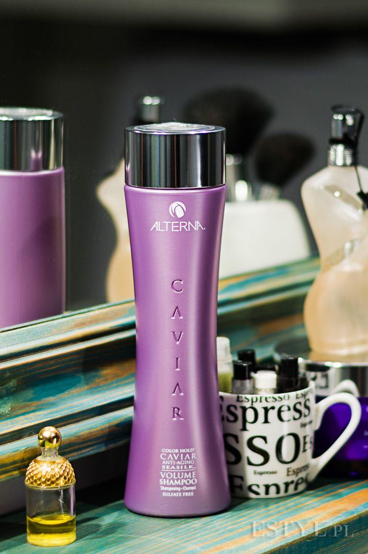 Szampon #Alterna #Caviar Volume nadaje włosom wymarzoną objętość, przywracając im witalność i nawilżenie. Loki są miękkie, nawilżone i bardziej lśniące. Kosmetyk nie wypłukuje koloru z farbowanych włosów. Produkt niezmiernie wydajny.
