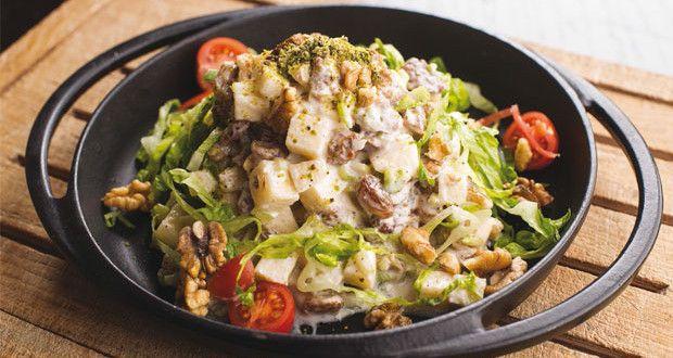 Waldorf Salatası Tarifi | Mutfakta Yemek TarifleriWaldorf Salatası Tarifi: Marul yapraklarını sirkeli suda yıkayıp süzdükten sonra ince ince kıyın. Kerevizi 1 tatlı kaşığı tuz ve 1 çay kaşığı sirke ilave edilmiş kaynar suda 10 dakika haşlayın. Daha sonra süzüp küp küp doğrayın. Sosu için yoğurdu, limon suyunu, taze çekilmiş tuz ve karabiberi yeşillikler ile karıştırın. Son olarak da elmayı da küp küp doğrayın. Servis tabağına önce kıyılmış marulu yayın, elmayı, kereviz parçalarını, kuru…