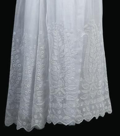 1820-1825 white muslin skirt embroidered in white, with Van Dyck edge. (