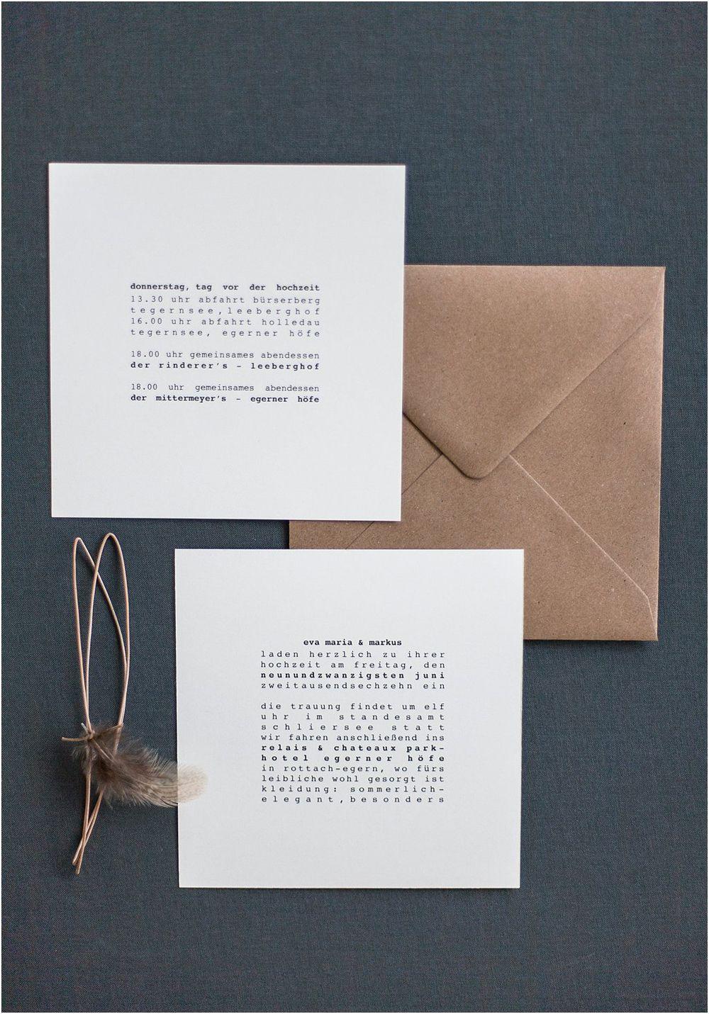 Quadratische Hochzeitseinladung Minimaltistisch, Feder, Lederband, Brauner  Briefumschlag, Schreibmaschinenschrift   Von Anmut Und Sinn