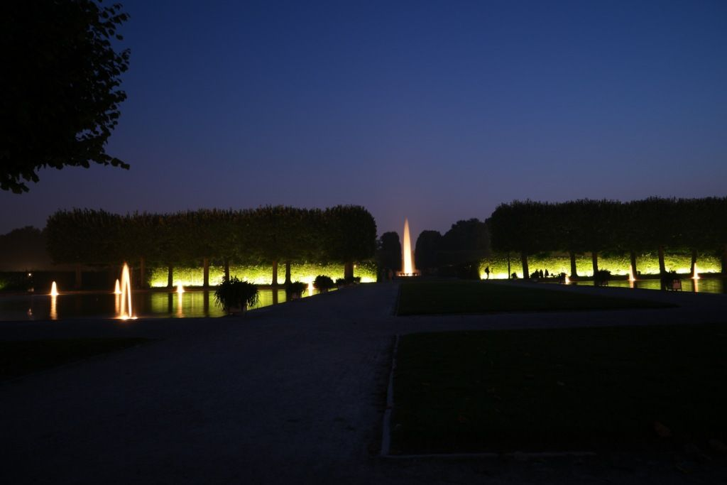 Blick auf die große Fontäne im Rahmen der Illumination in den ...