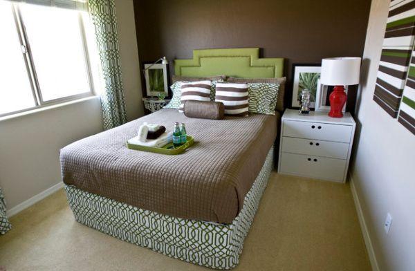 Kleine Schlafzimmer Kreativ Gestalten Schmales Doppelbett Mit Grasgrünem  Kopfteil