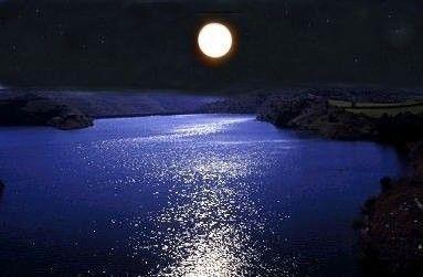 Ricami di luci E fragori d'umido Alla luna, stanca D'invocare l'alba.