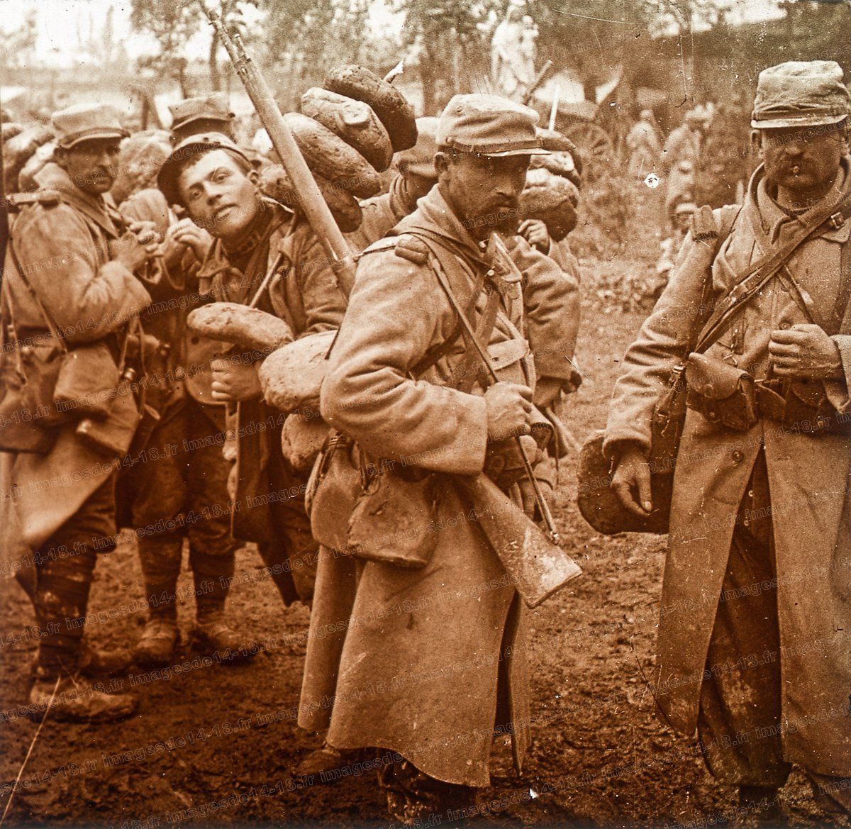 WWI; French soldiers return from a (bread) supply chore. - La PremièreGM, 14-18 (@1erGM) | Twitter