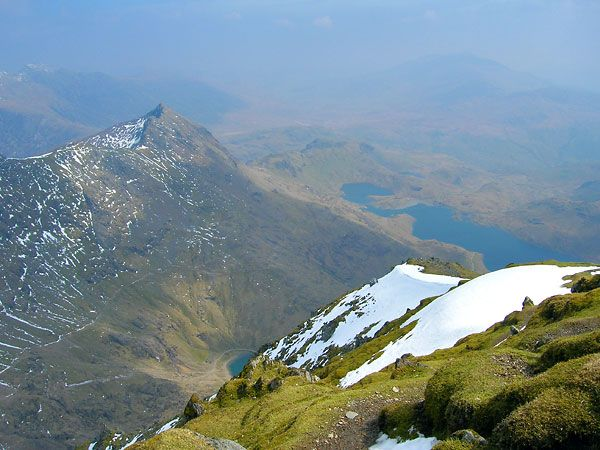 The Snowdon Horseshoe - Grib Goch (923m.n.m), vravo jezero Llyn Llydaw, Wales