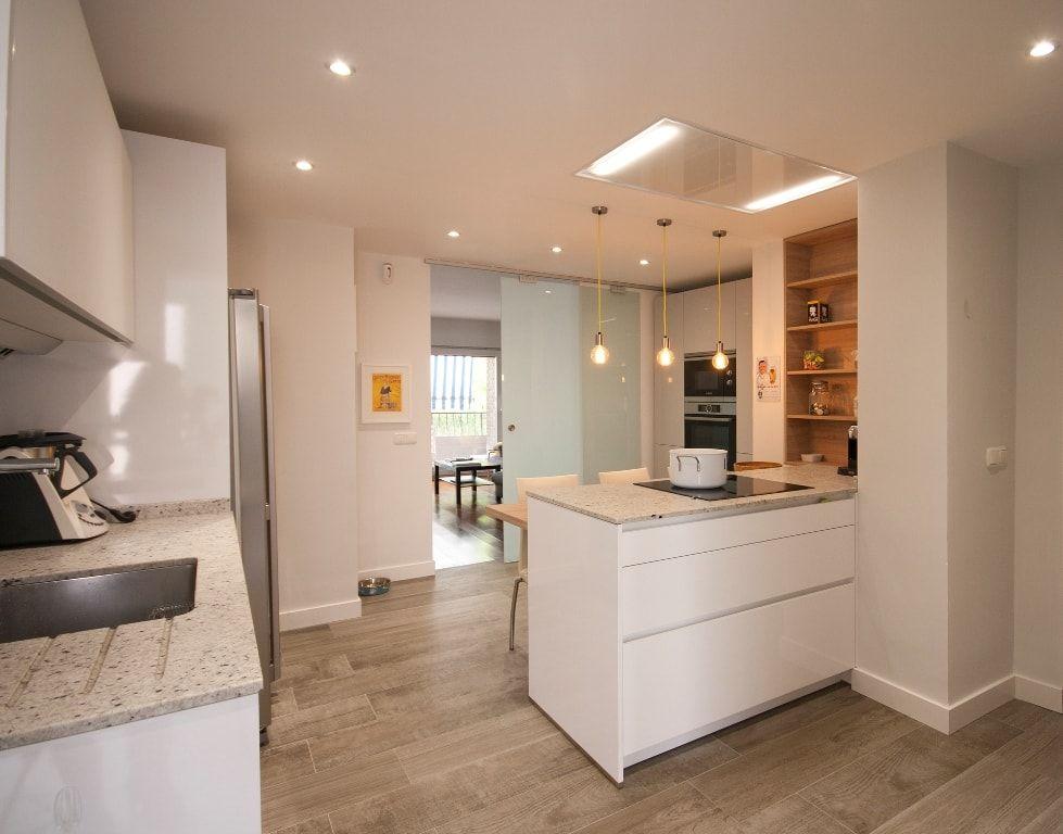 cocina blanca moderna, tiradores uñero, con encimera sanitario de - cocinas con barra