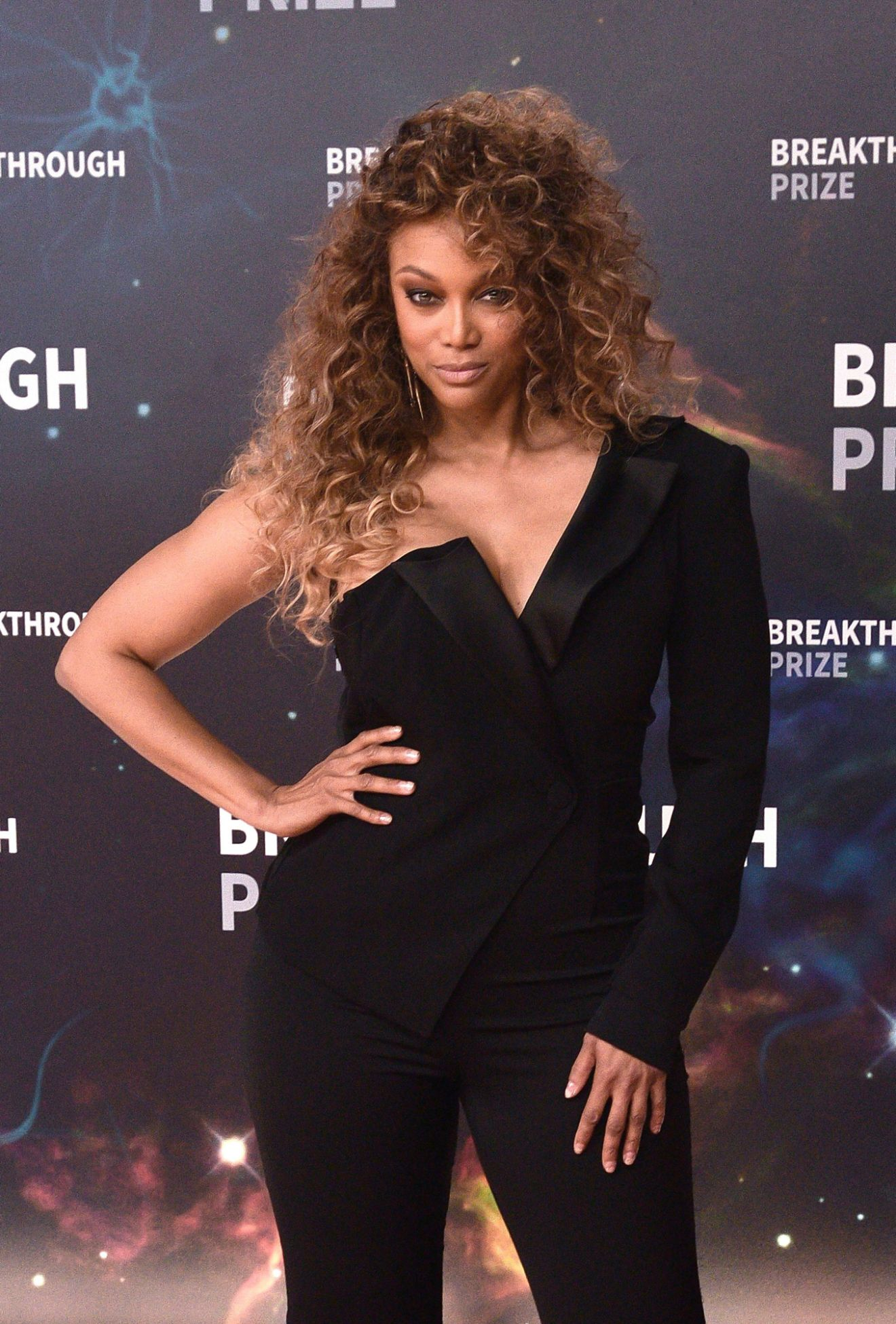 Tyra Banks Takes Over As Dwts Host After Tom Erin S Exits In 2020 Tyra Banks Son Tyra Banks Tyra Banks Show