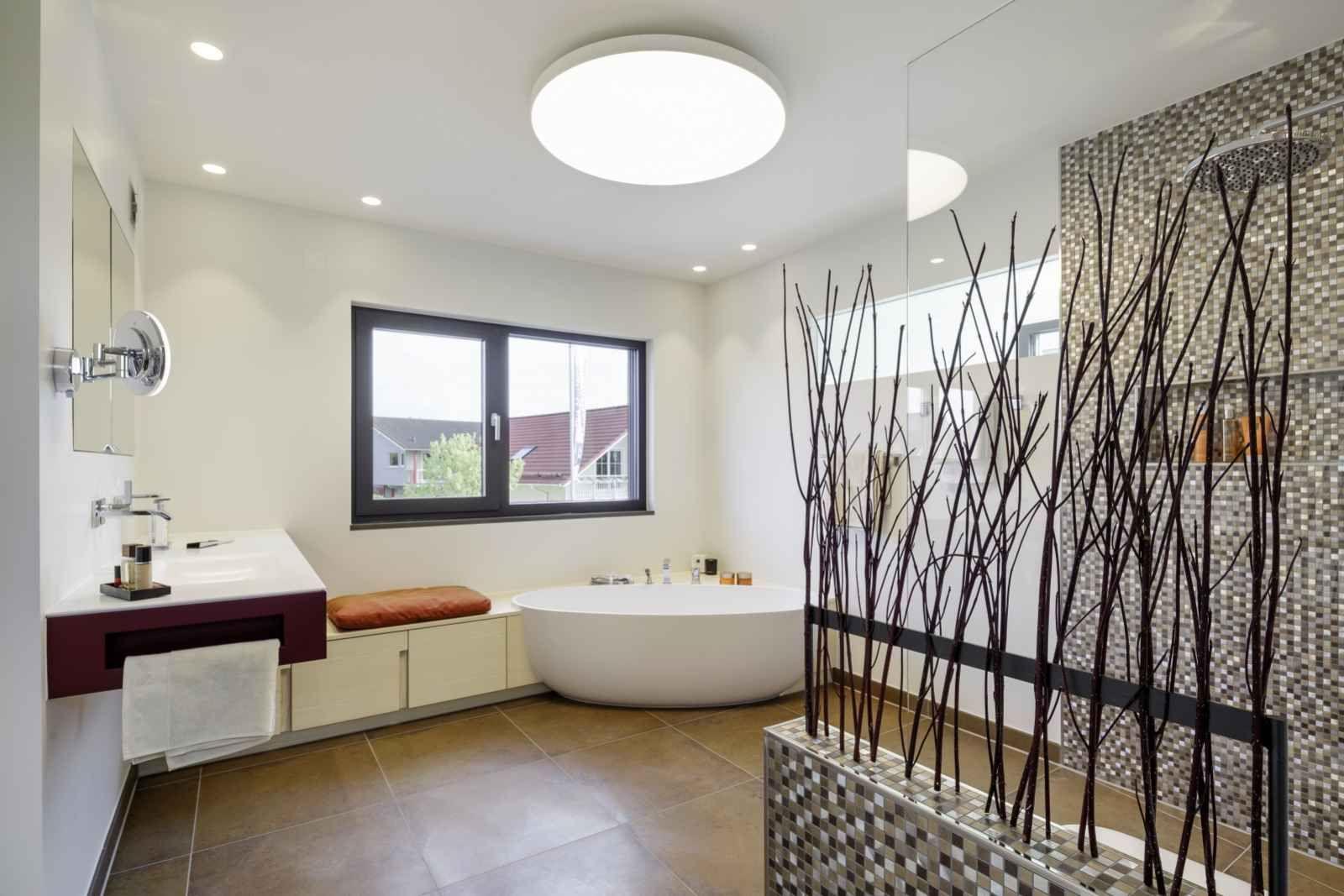 Fertighaus mit lichtdurchflutetem badezimmer luxhaus for Badezimmer ideen altholz