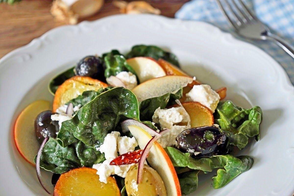 stuttgartcooking: Spinat-Salat mit Schafskäse, Apfel, Bratkartoffeln und Oliven