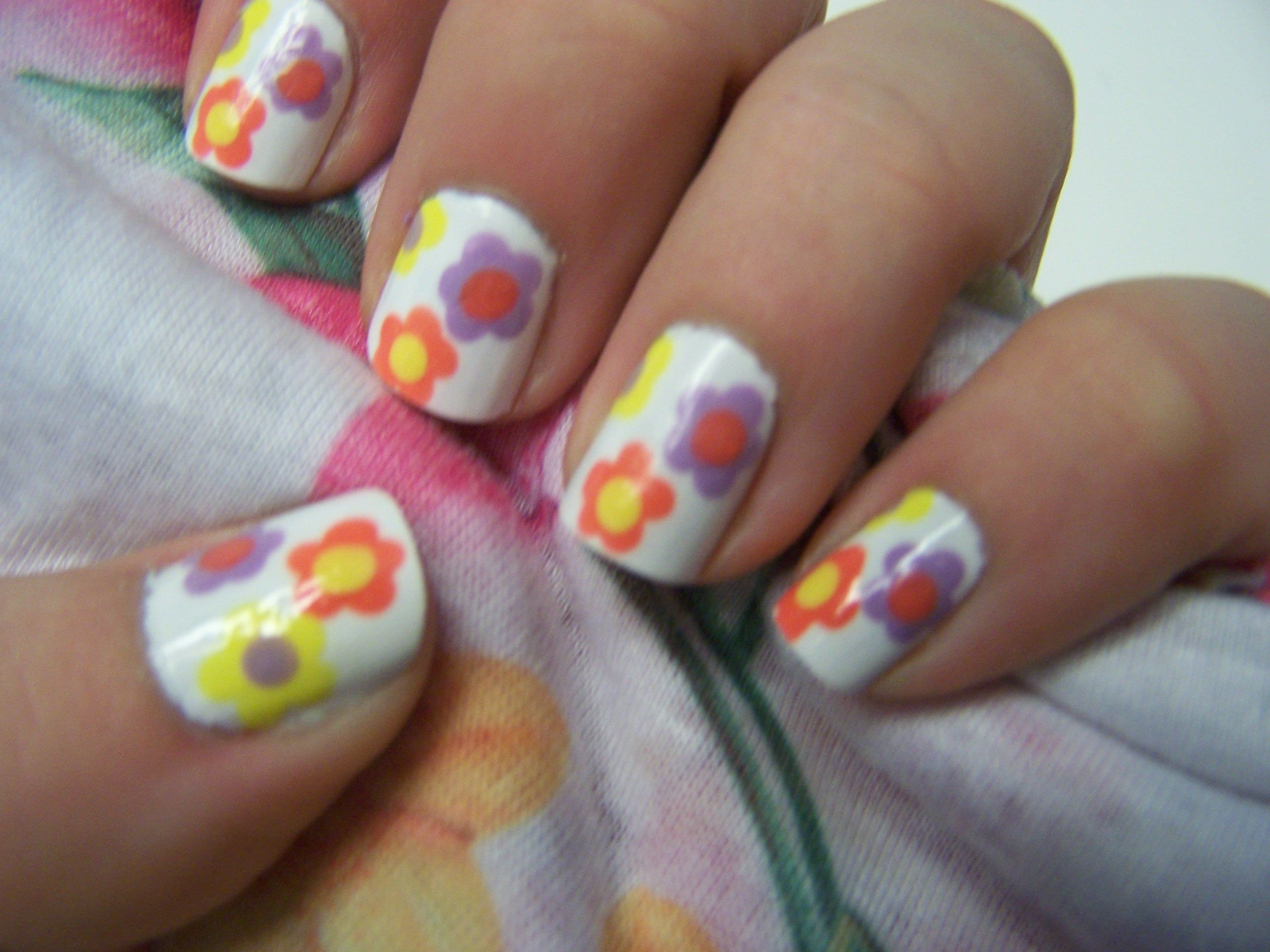 Simple Daisy Nails