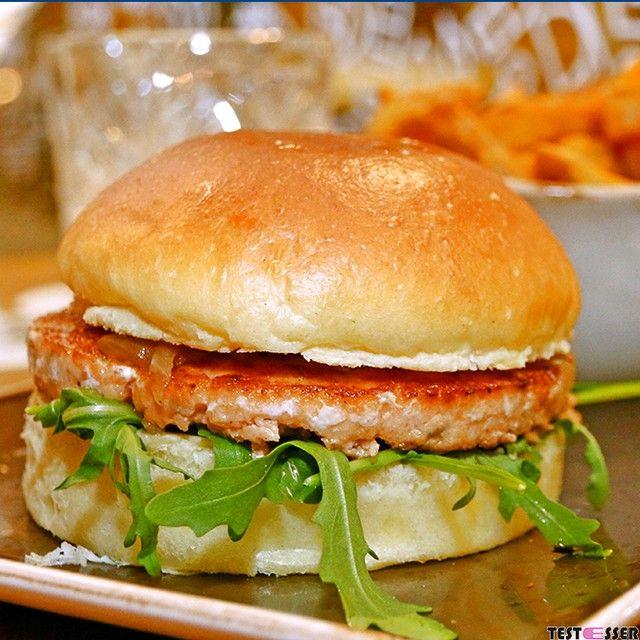 #salmonburger & #fries  Wir haben das vielgepriesene #freigeist getestet ... den Bericht gibt's im #blog! #burger #pommes #fastfood #freigeistgraz #foodgasm #foodpic #instafood #foodies #foodie #foodshot #foodstagram #instafood #photooftheday #picoftheday #testesser #graz #steiermark #austria #igersgraz