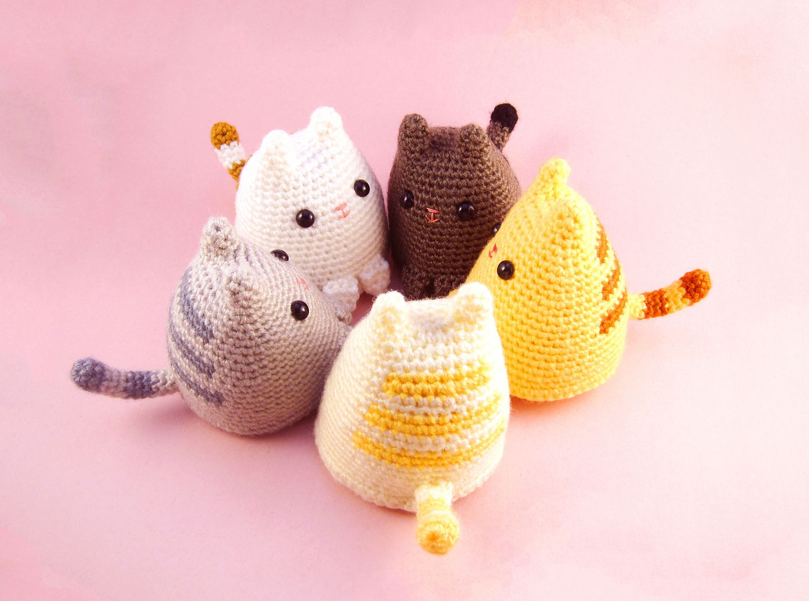 This master class will teach how to create a toy-pendant knitted cat