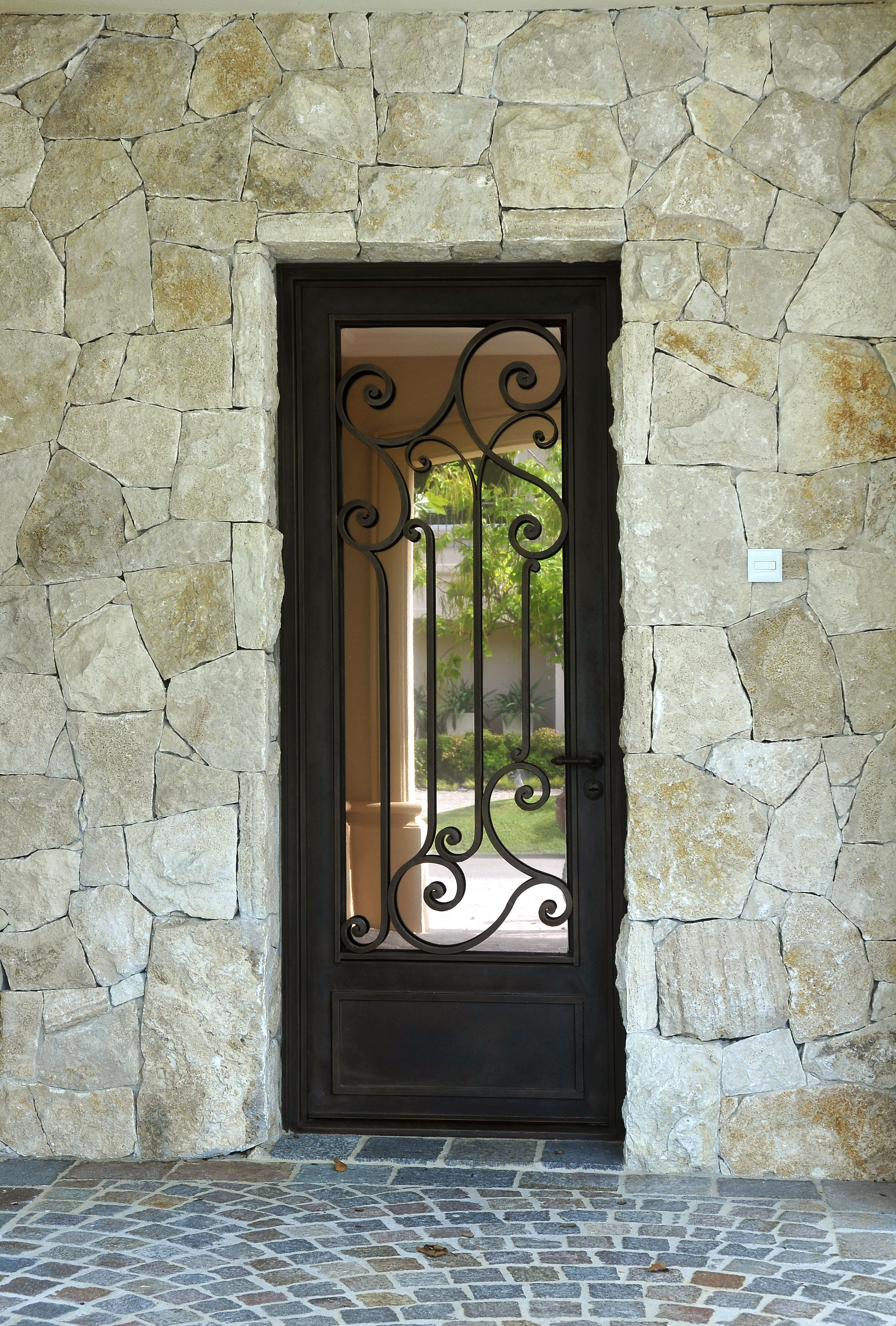 Puerta de hierro forjado delhierrodesign obras del for Puertas de herreria para casa