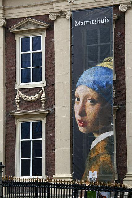 1665-1667 Johannes Vermeer. Girl with a Pearl Earring (Dutch: Het Meisje met de Parel) - Mauritshuis in Den Hague,  The Netherlands