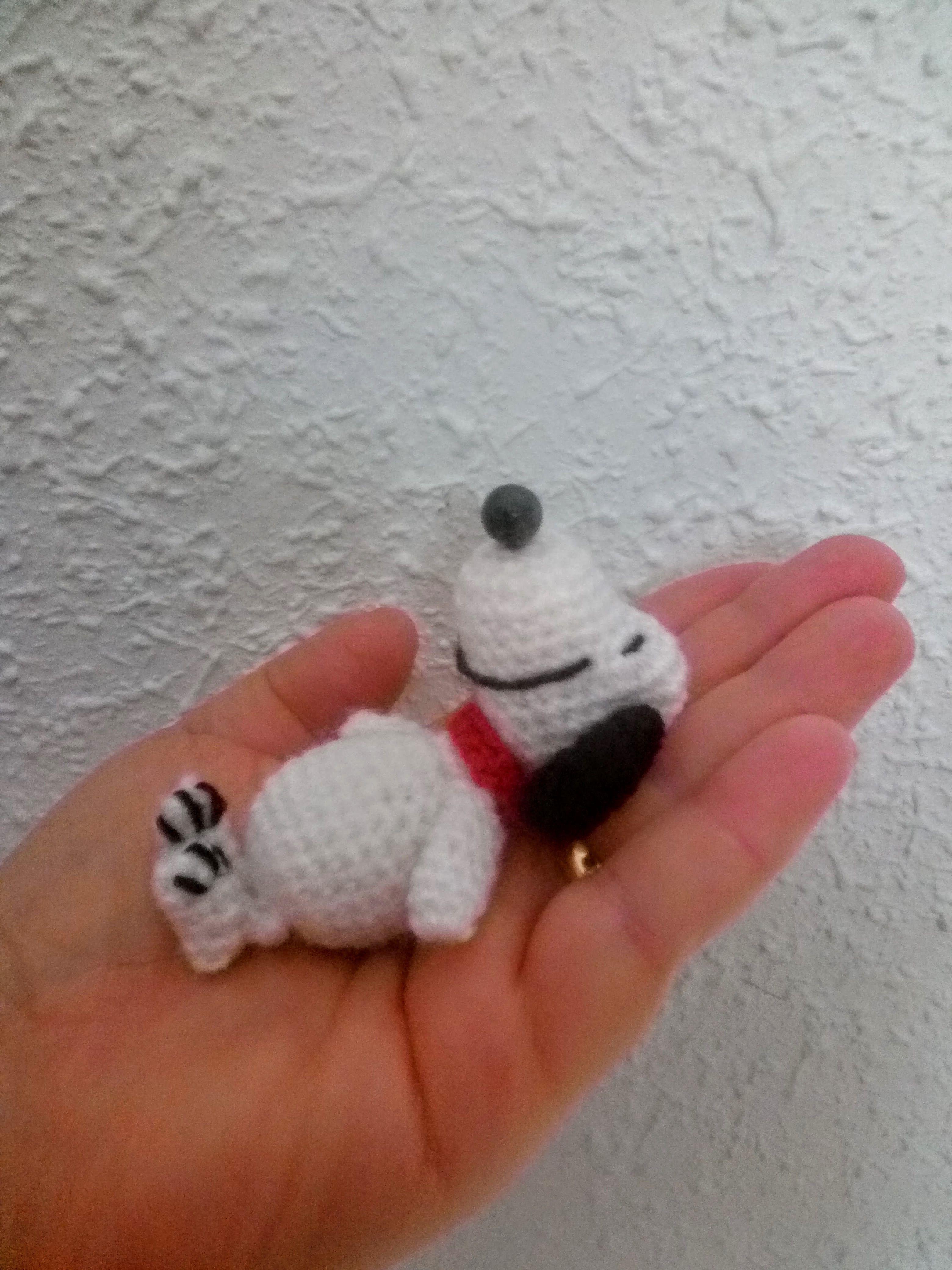 Snoopy pequeño  #handmade #crochet #ganchillo #amigurumi  http://amigurumilacion.blogspot.com.es/2016/01/snoopy-amigurumi-tutorial.html  https://www.facebook.com/ovilladans/