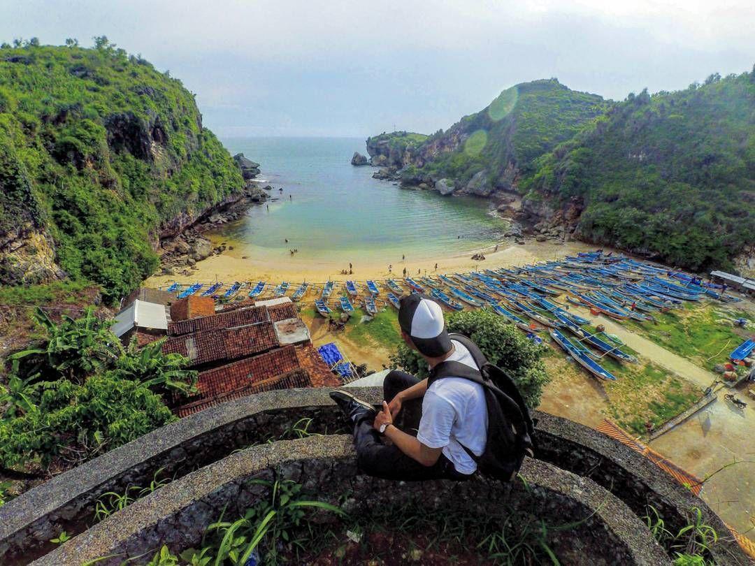 Pantai Menawan Di Kawasan Gunung Kidul Dengan Keistimewaan Panorama Diantara Dua Bukit Karang Besar Yang Berdiri Kokoh Menahan Pantai Bepergian Fotografi Alam