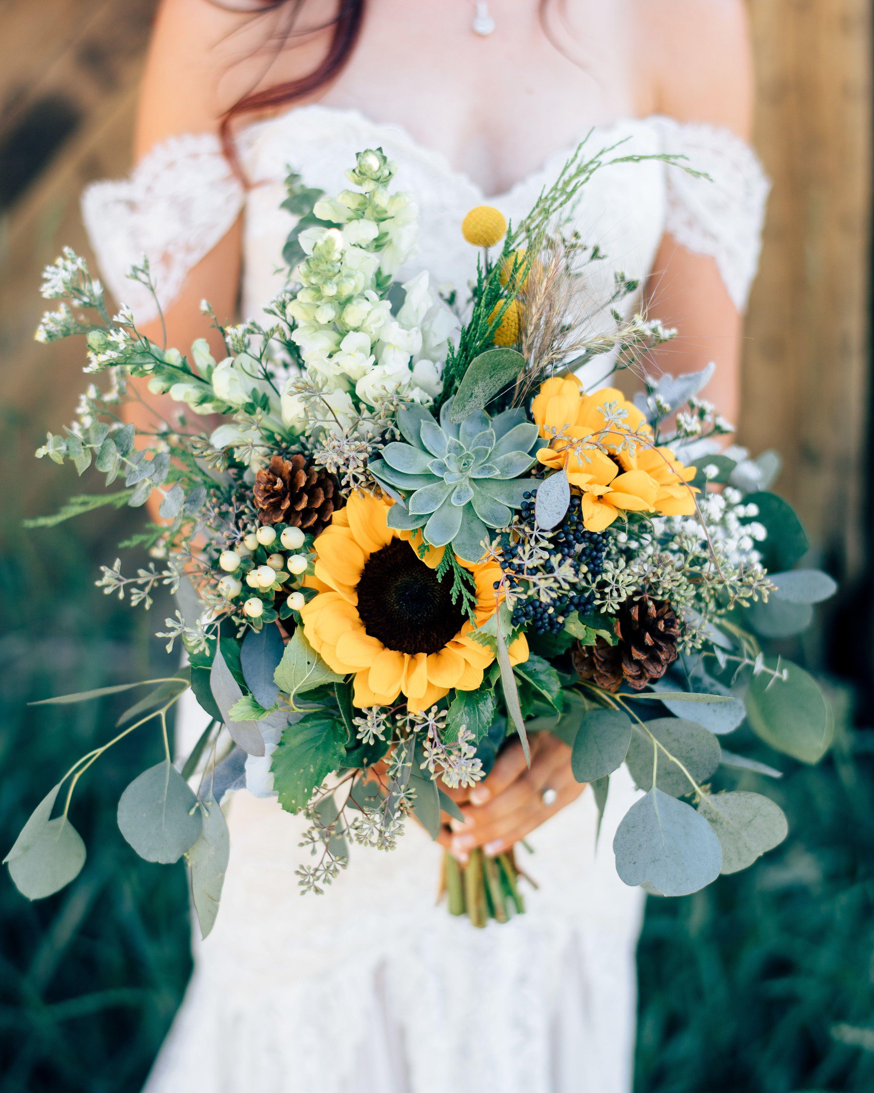 20 Sunflower Bouquets That Will Brighten Up Your Wedding