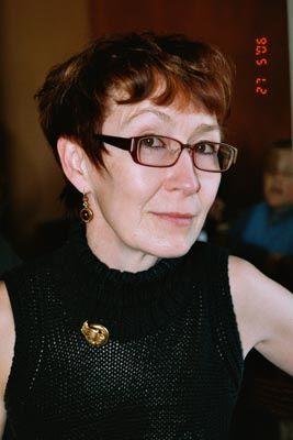 Eeva-leena Onnismaa os. Savolainen ja isoäidin äidin Lovisa Veltheim Almqvistin rintaneula