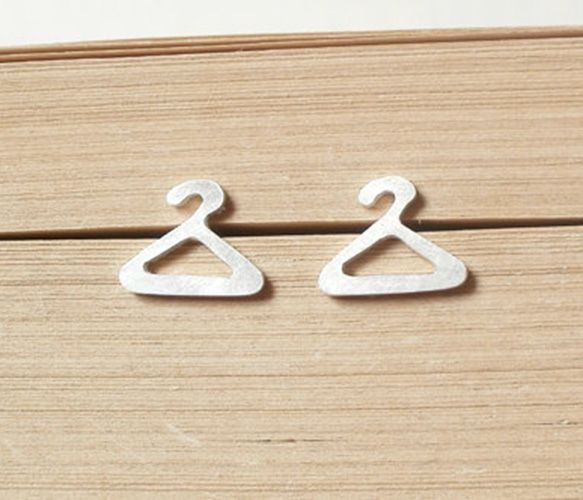 Hanger Earrings by Huiyi Tan Designer Jewellery soooo cutey