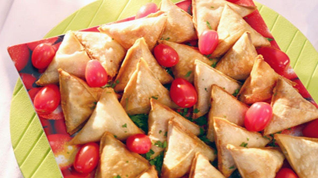 السمبوسك بحشوة خلطة الفاهيتا اللذيذة مع سر لف السمبوسة بأسهل طريقة بدون ماتفك اثناء القلي Vegetables Food Potatoes