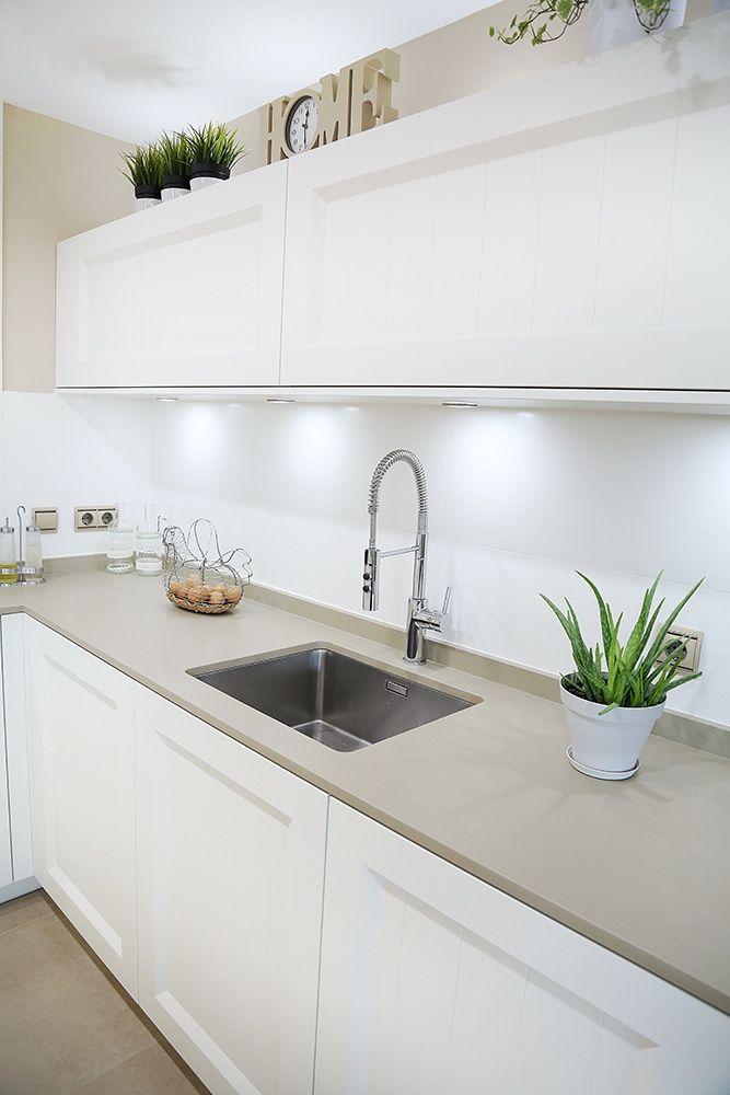Dise o de cocinas en cocina abierta al sal n con isla for Cocinas abiertas con isla