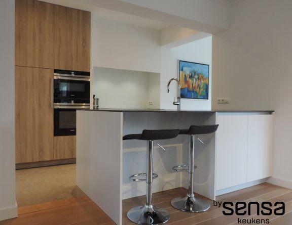Kastenwand Keuken Moderne : Strakke witte keukem i witte greeploze keuken i kastenwand keuken