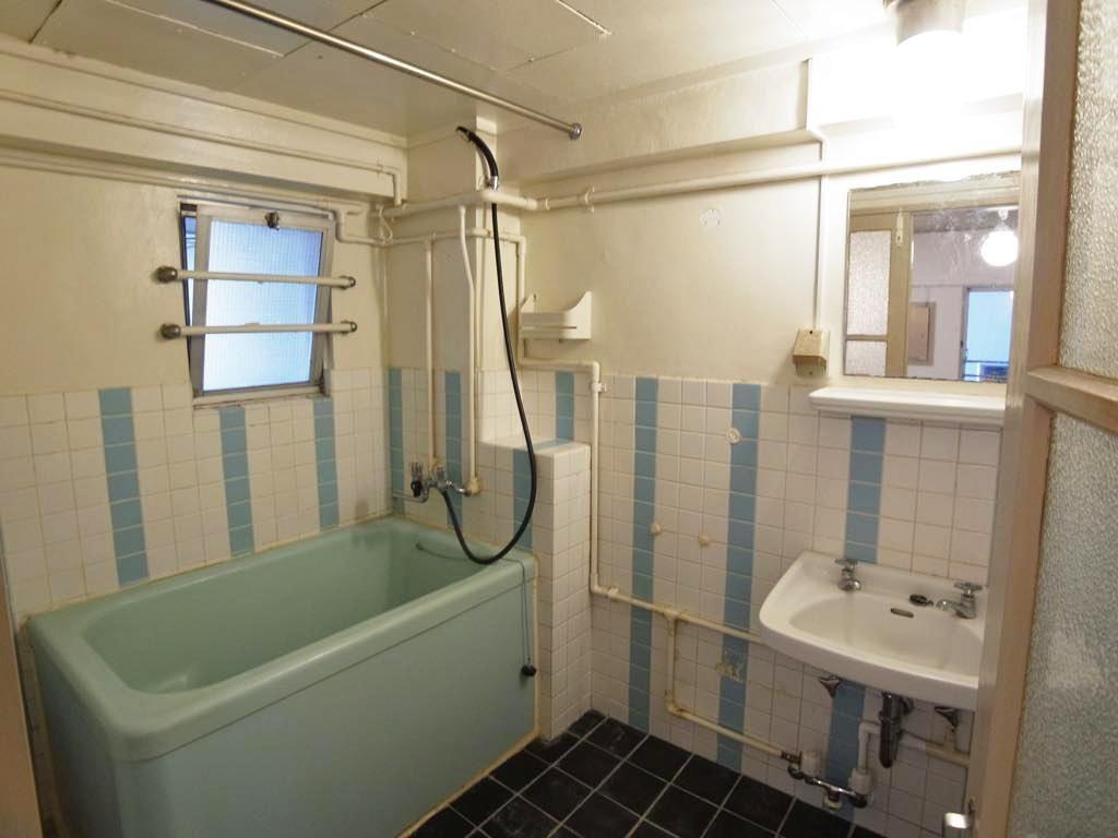 好き嫌いが分かれる在来工法の浴室 洗い場に洗濯機を置くことができます 浴室 インテリア 浴室 洗い場 広い バスルーム