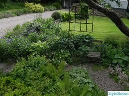 rostigt gjutjärnsfönster i trädgården som avdelare/dekoration