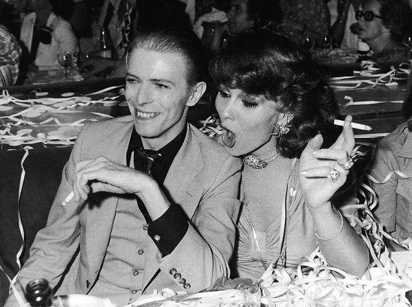David Bowie und Romy Haag bei einer Silvesterfeier in Berlin. 1976 traf der Sänger den Travestiestar, ging mit ihr eine Beziehung ein. Foto: Ullstein Bild / Pictorial Parade