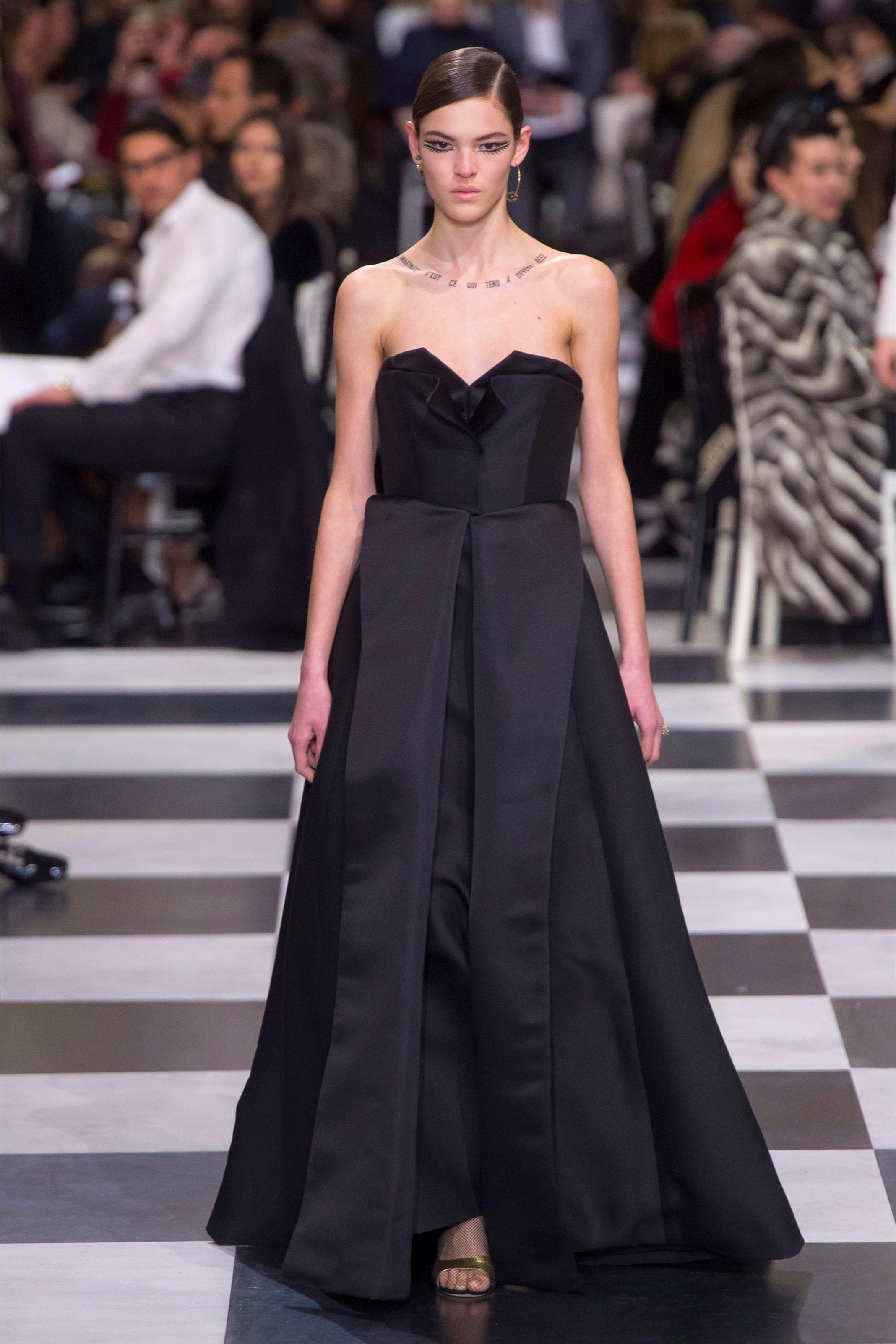 2ca31ba707 Guarda la sfilata di moda Christian Dior a Parigi e scopri la collezione di  abiti e accessori per la stagione Alta Moda Autunno-Inverno 2012-13.