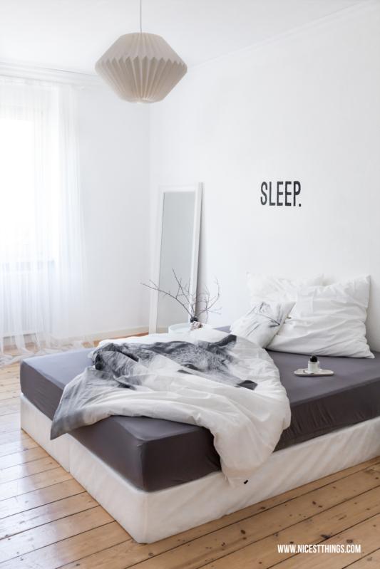 Schlafzimmer Lampe Weiss #15: Schlafzimmer In Weiß Und Grau Mit Origami-Lampe Und Boxspringbett