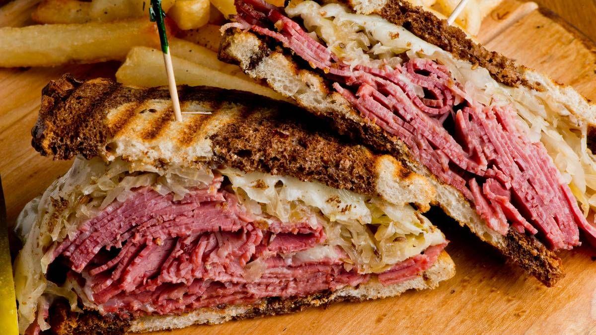 Pastrami-Sandwich  Diesen Klassiker sollte man im legendären Katzs Delicatessen in New York probiert haben.