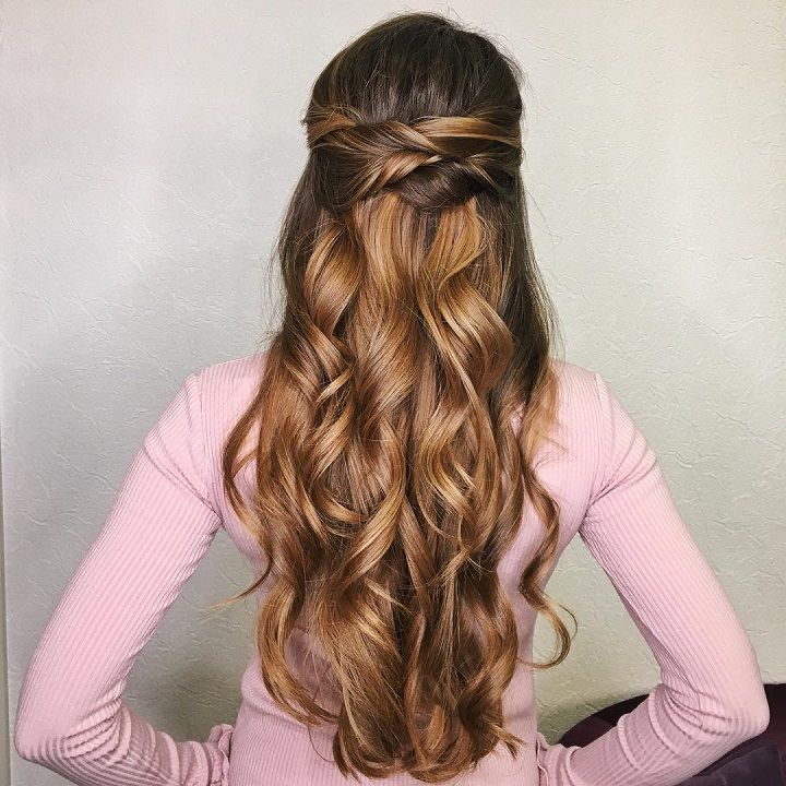 Half up half down wedding hairstyle #weddinghair #hairstyles #bridalhair