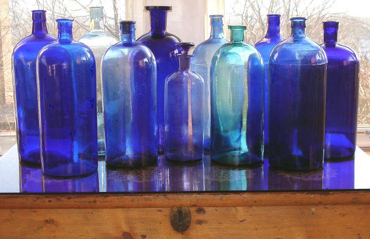 Vintage apothecary blue bottles featured on i antique - Surprenante maison coloree min pop arq buenos aires ...