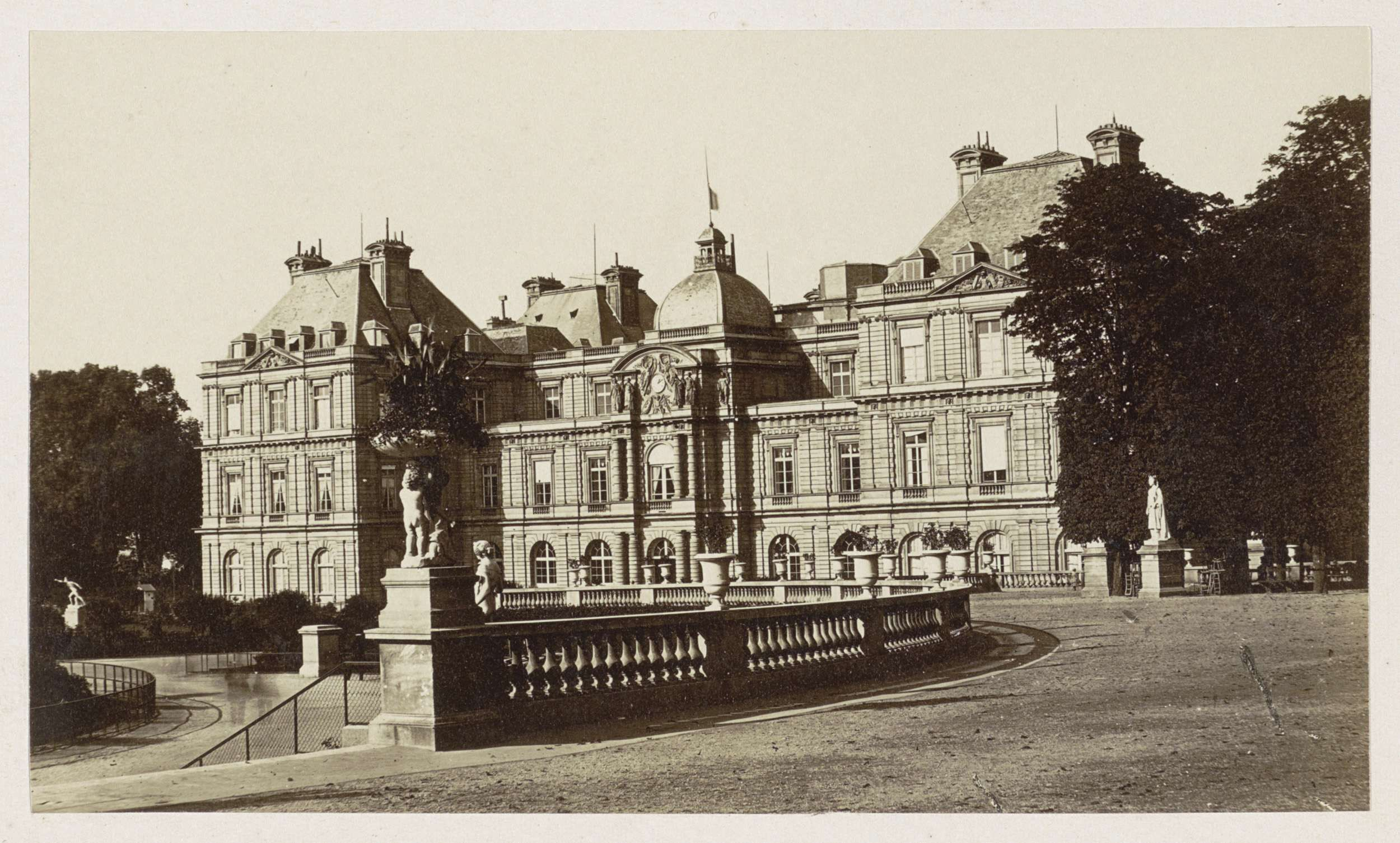 Anonymous   Exterieur van het Palais du Luxembourg in Parijs, Anonymous, 1878 - 1890   Onderdeel van Reisalbum Europese steden, vermoedelijk Zweeds.