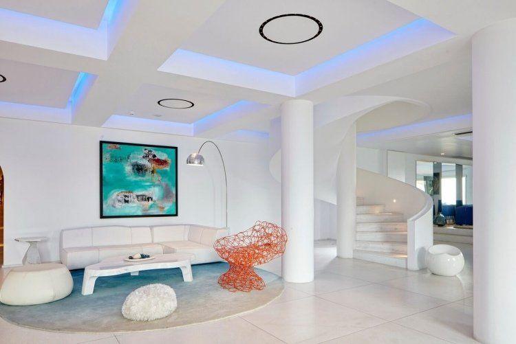 mobilier de luxe - canapé design en blanc neige, faux plafond moderne et carrelage sol assorti
