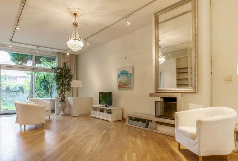 grote klassieke zilveren spiegel boven schouwhttp://www.barokspiegel.com/klassieke-spiegels/moderne-spiegel-enzo