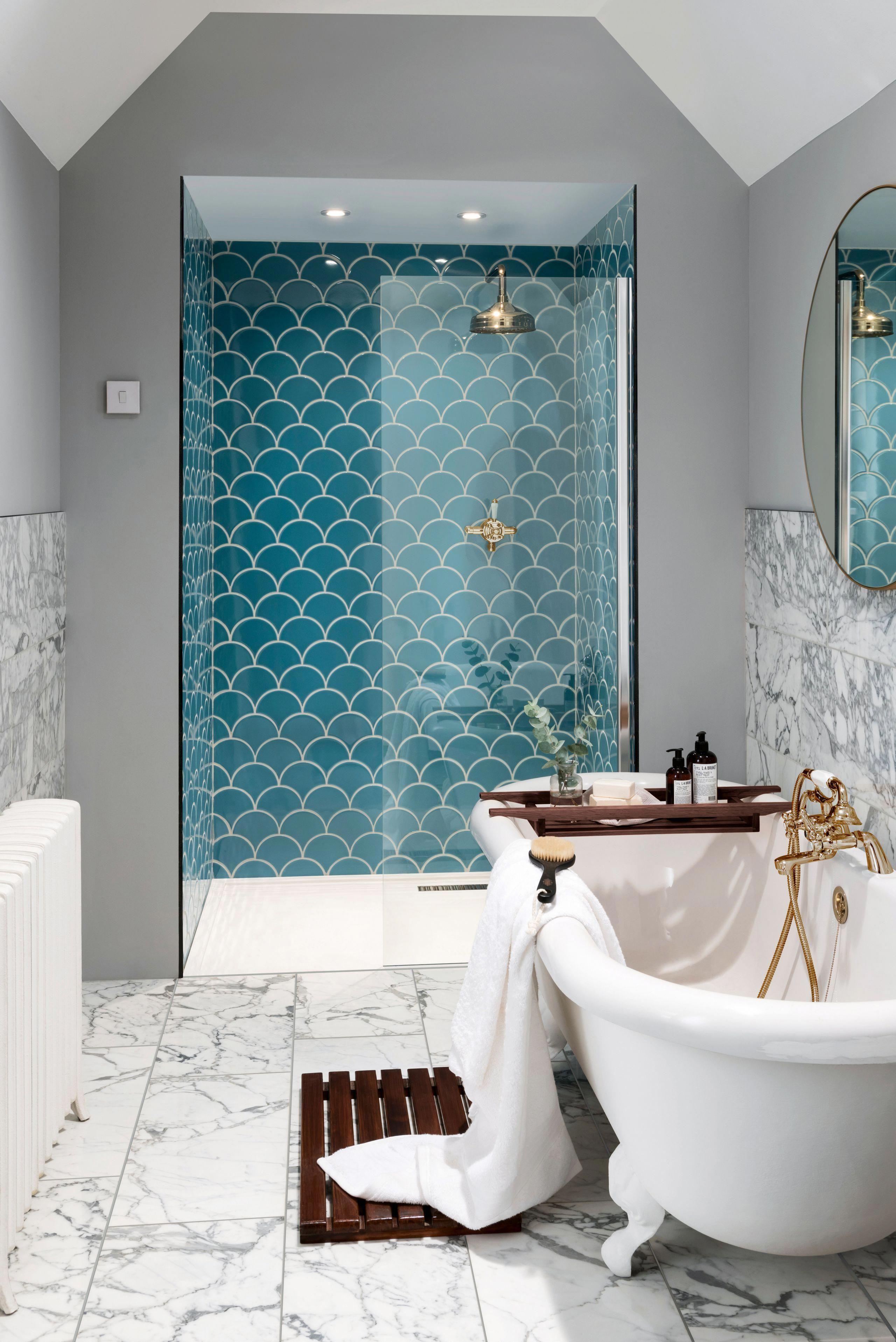 Photo of Innlemme en uttalelse blå fliser i dette stilige badet gir den dybden og …